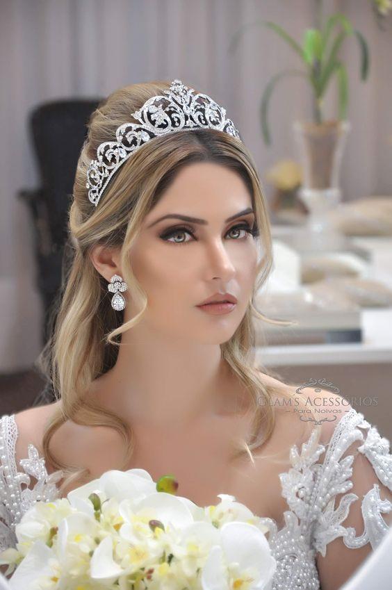 Coroa de noiva linda e romântica. Vem ver mais aqui #glamsacessorios #coroadenoiva #grinalda #penteadodenoiva