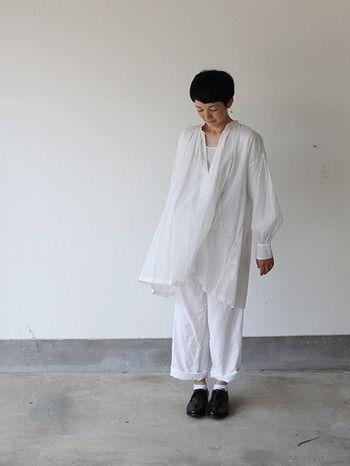 夏にはオールホワイトコーデですらりとした印象に。スキッパータイプだと襟が抜きやすいので、すっきりおしゃれに見せることも可能です。