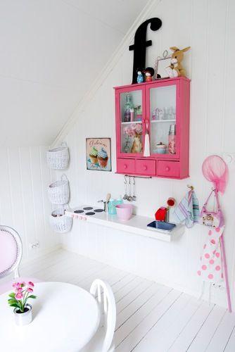 Kjøkken av IKEA hylle med påtegnede plater, knotter og vask av isboks