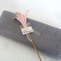 Pic - marque place décoration de serviette  pour mariage en origami - fleur de lys rose pâle en papier - décoration table