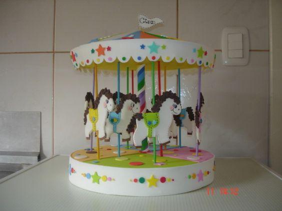 Carrossel em EVA com 9 cavalinhos, feito em EVA e isopor. Lindo para usar na decoração do tema parque ou circo. R$70,00