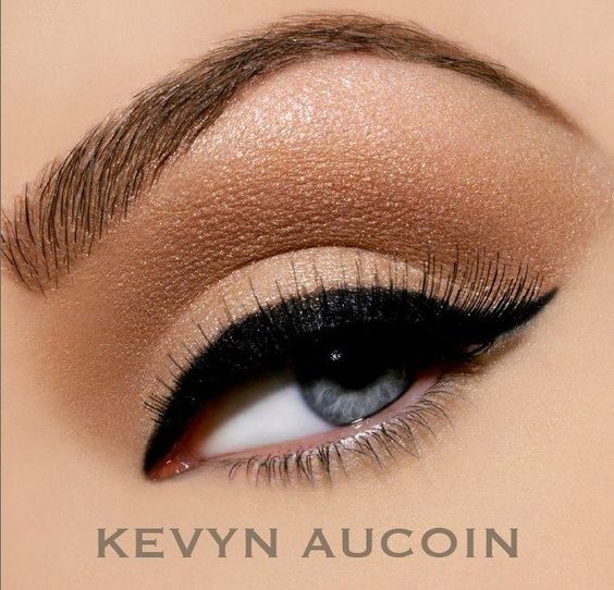 kevyn aucoin what an iconic make-up artist,  he passed away to young in life.