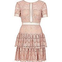 Lace and stretch woven fabric Fitted waist with plunge back Round neckline Short sleeve Frill layers to skirt