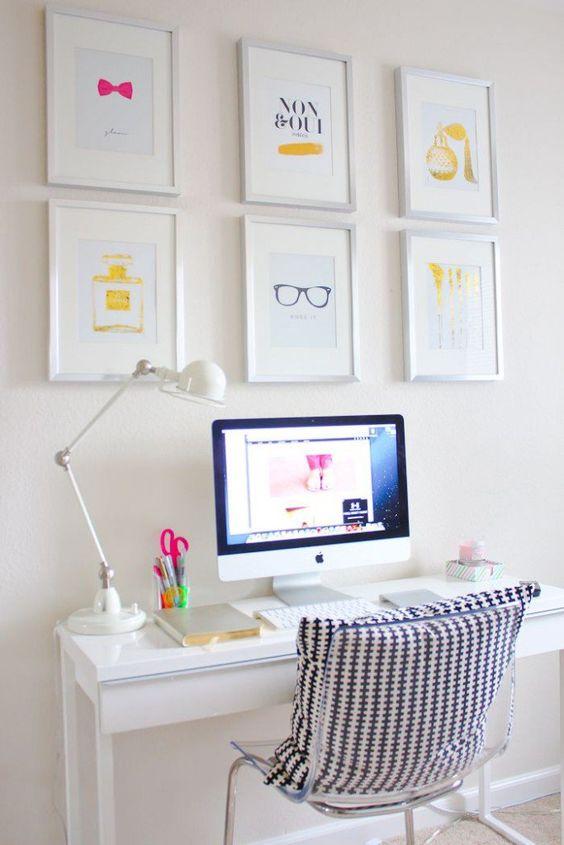 Quadros dispostos de maneira uniforme e com desenhos que conversam entre si, é uma maneira muito jovial de mostrar seu estilo na hora de decorar seu escritório: