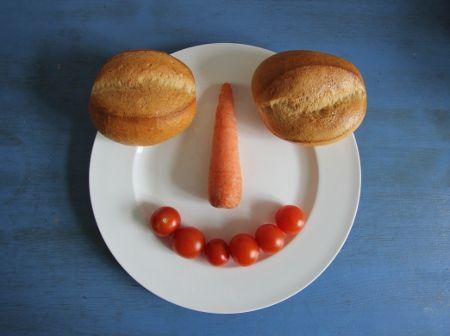 Foto-Frühstück: Mit Brötchen große Augen machen  #Brötchen #Frühstück #Tomaten