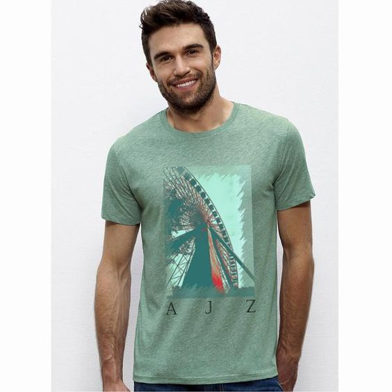 Sehr schönes Men T-Shirt in weiß mit dem bekannten Riesenradmotiv. Damit bist Du der absolute Hingucker auf der nächsten Party! Das T-Shirt hat einen Rundhalsausschnitt in 1x1 Rippstrick mit Nackenband Schmale Doppelnähte an Ärmeln und Saum. Es besteht aus Single Jersey 100% ringgesponnene, gekämmte Bio- Baumwolle 155g/m². Natürlich auch mit dem bekannten Nackenlogo im Rücken. Bitte beachten Sie die Pflegehinweise auf www.ajz-shirts.de.