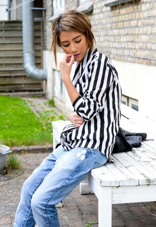 camisa listrada e jeans