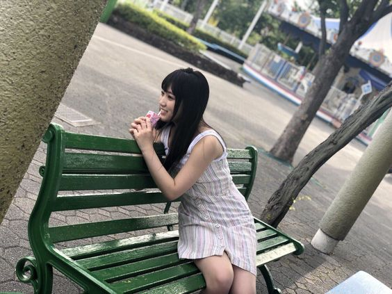 ベンチに座る矢吹奈子