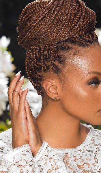 O coque alto e volumoso é uma das estilizações preferidas de quem tem box braids