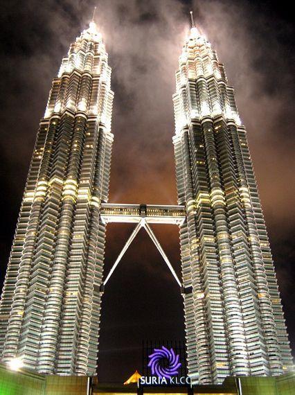 Die Petronas Towers oder Zwillingstürme mit Ihrer berühmten Skybridge, sind das 452 Meter hohe einzigartige Wahrzeichen von Kuala Lumpur, #Malaysia. #Reiseblog #Travelblog
