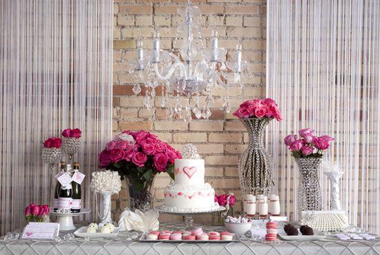 Para uma festa de casamento íntima, em casa, esta mesa não está linda?