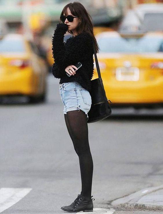 dakota-johnson-street-style-short-jeans-e-meia-calca:
