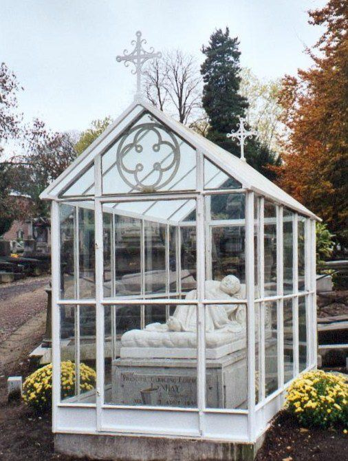 """Cimetière de Robermont (Liège. """"La belle au bois dormant"""". Sépulture de Françoise LANHAY, morte le jour de ses 18 ans. Oeuvre du sculpteur Jean-Joseph Halleux."""
