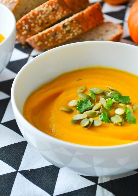 S'il y a bien une chose qui symbolise l'automne selon moi, c'est le retour des soupes! Après une grosse journée, je crois que rien ne vaut un grand bol de soupe en pyjama et grosses chaussettes (si vous avez une cheminée et un chat sur vos genoux c'est encore mieux). La recette que je partage avec vous aujourd'hui est simplissime : trois légumes à éplucher, trente minutes de cuisson et hop, le dîner est prêt!