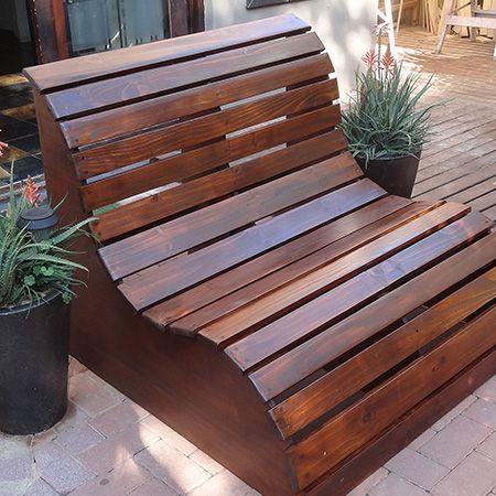 Invista em banco de jardim de madeira para passar momentos relaxantes na parte externa de sua casa.: