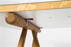 Tisch Modell Atlas, Entwurf Henrik Pedersen, für Houe, Dänemark, leichte, offene Konstruktion mit naturbelassenen Tischbeinen und grüner Linolium-beschichteter Tischplatte, H. 75 cm, B. 205cm, T. 100cm. Ausstellungsobjekt, Gebrauchsspuren.