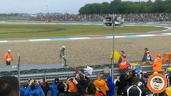 Valentino Rossi na de val bij de MotoGP 2016 op het TT Circuit Assen