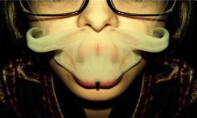 Bigote de nicotina.