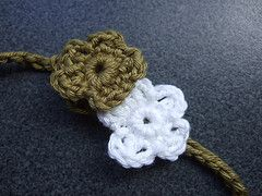 http://soozs.blogspot.ca/2007/10/how-to-crochet-daisy-chain-necklace.html