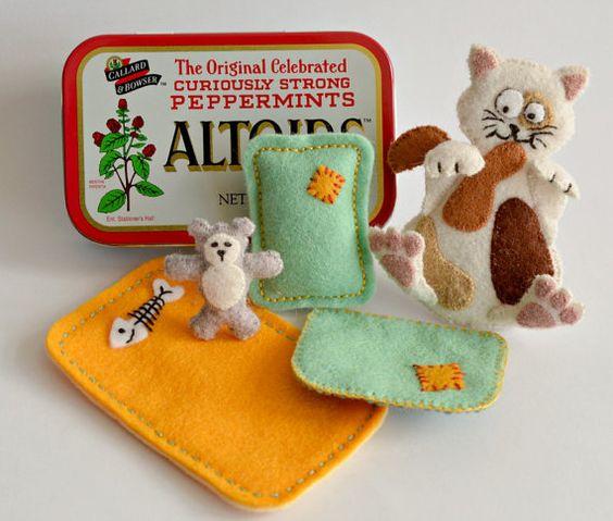 Chat dormant en peluche a estimé dans une boîte d'Altoid avec ours en peluche et de la literie - Calicot Cat (écaille de tortue)