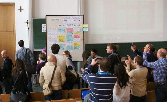 Der Veranstaltungsplan für die einzelnen Sessions wird am jeweiligen Barcamp-Tag morgens durch die Teilnehmer festgelegt. Jeder kann sich einen Vortrag oder mehrere Themenvorschläge überlegen. Wie es auch fest im großen Buch der  Barcamp-Regeln verankert ist, kann/soll (ist sehr erwünscht!) von jedem Teilnehmer des Tourismuscamp 2013 eine Session gehalten werden.
