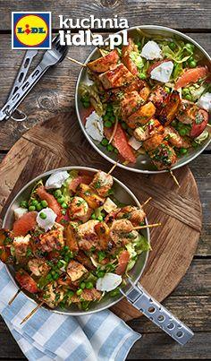 Szaszłyki z indykiem i brzoskwiniami w sosie sojowym z sałatką z serem kozim. Kuchnia Lidla - Lidl Polska #szaszlyki