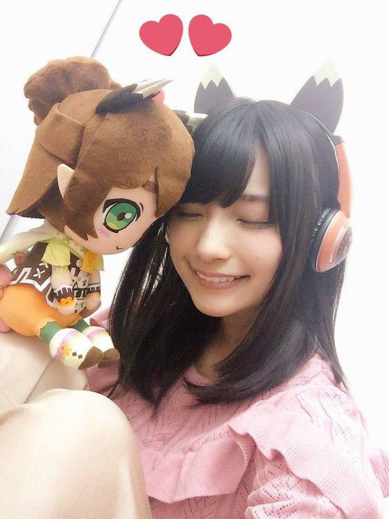 キャラクターのぬいぐるみと高野麻里佳さん