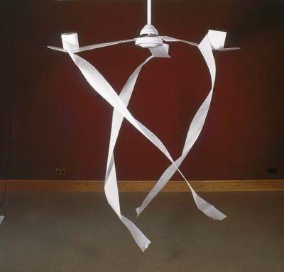 Toilet Ventilator, 1997, ventilateur de plafond et papier toilette, dimensions variables, l'un des 4. Le papier flottant dans l'espace est sculpté par le frottement de l'air dans une rotation infinie (spirale et temps). Les hélices du ventilateur décrivent des cercles et le papier dévidé des cylindres de papier toilette dessinent des hélices.