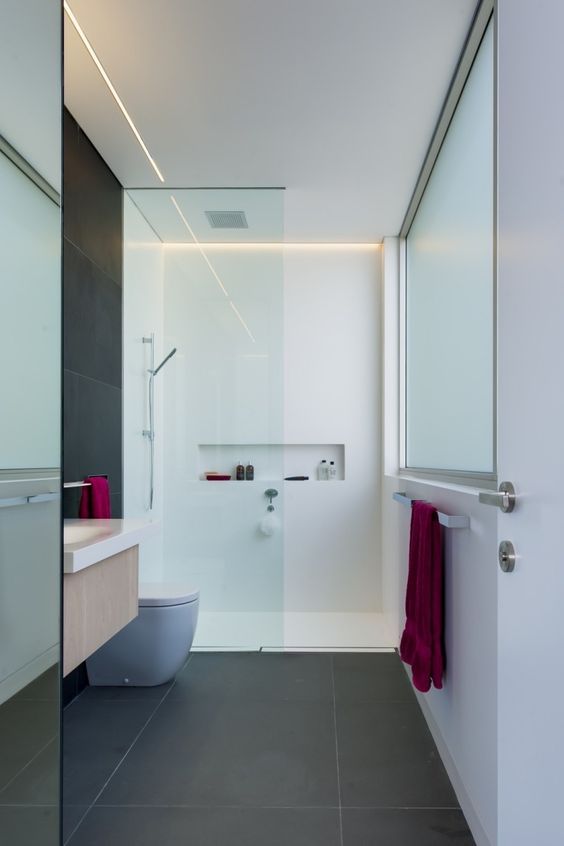 ebenerdige Dusche mit Glaswand in Weiß
