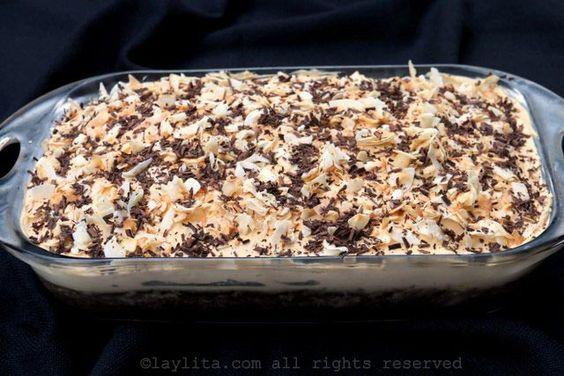 Decore el pastel con el coco tostado y la ralladura de chocolate