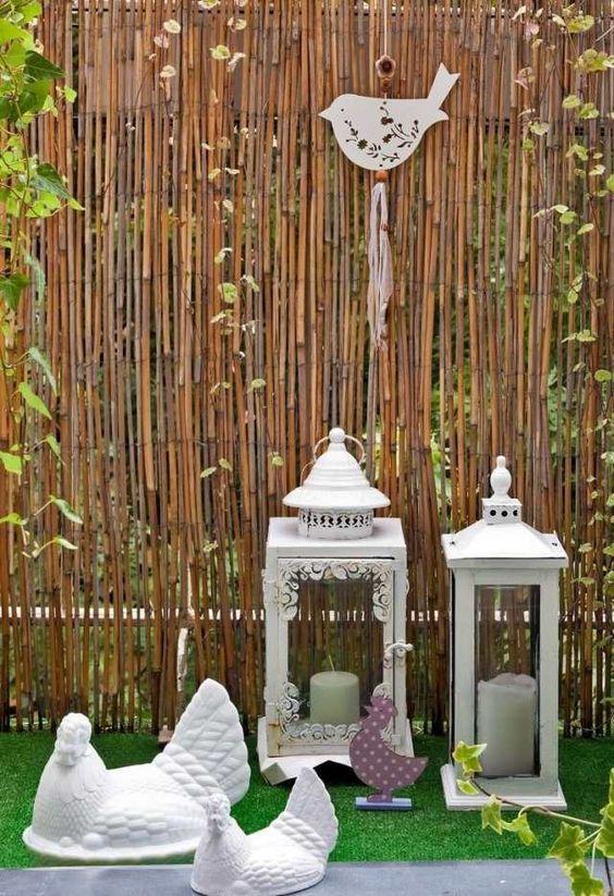 balkongestaltung sichtschutz bambusmatten metall laternen schlingpflanzen