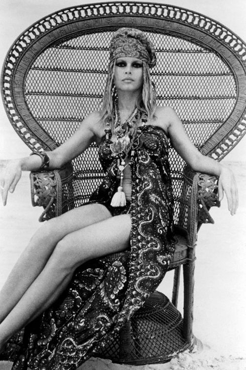 Brigitte Bardot dans les annés 60, foulards, bijoux, look hippie de plage