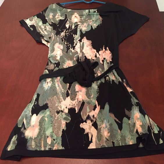 Dana Buchman short sleeve shirt dress! This is a super fun printed shirt dress from the Dan Buchman collection. It is loose and flowy but includes a tie to cinch in the waist. Dana Buchman Dresses
