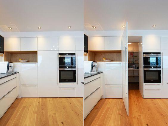 In der Küchenschrankwand integrierter Durchgang zur Speisekammer - küchen selber zusammenstellen