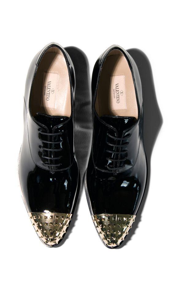 zapatos tipo Oxford de VALENTINO con dos tonos, la punta dorada.