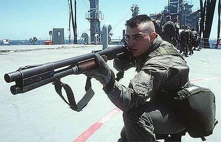 Marine-aims-Remington-870-shotgun.jpg (450×290)