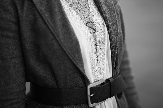 Deatils mit Spitze des High Fashion Outfits von Christina Key