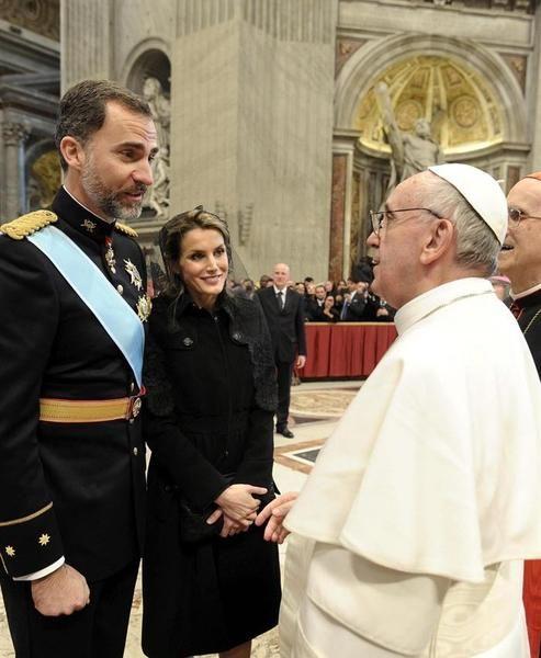 Los Príncipes saludan al Papa tras la misa de inicio del Pontificado   EFE