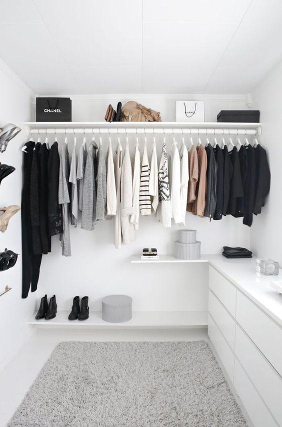 Uma forma de aproveitar o espaço abaixo do cabideiro é destiná-lo para guardar seus sapatos. Coloque sapatos baixos sob as roupas mais compridas e os mais altos, como as botas de cano longo, abaixo das roupas mais curtas; assim, você não terá incômodos na hora de pegá-los.