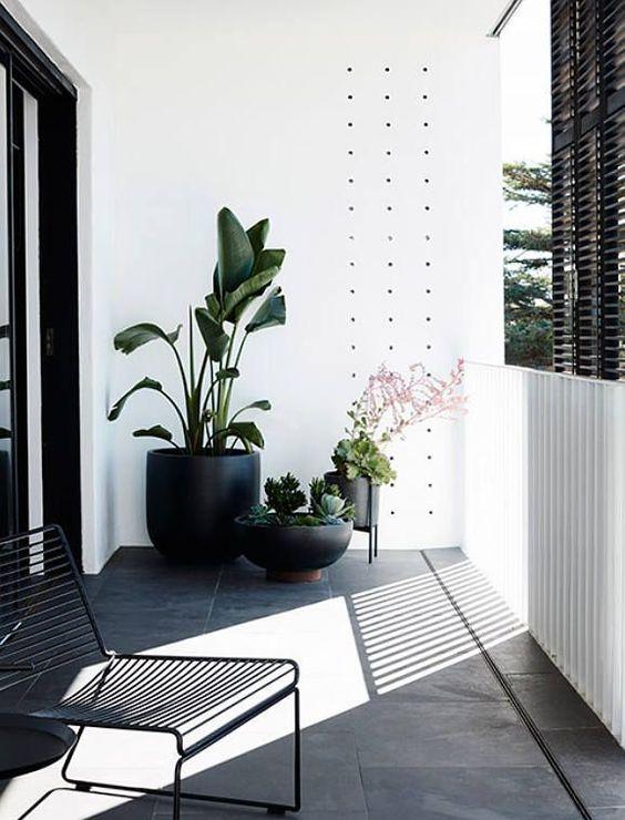 Pots noirs pour extérieur. Restez dans une même gamme de couleur mais avec des pots de taille differente