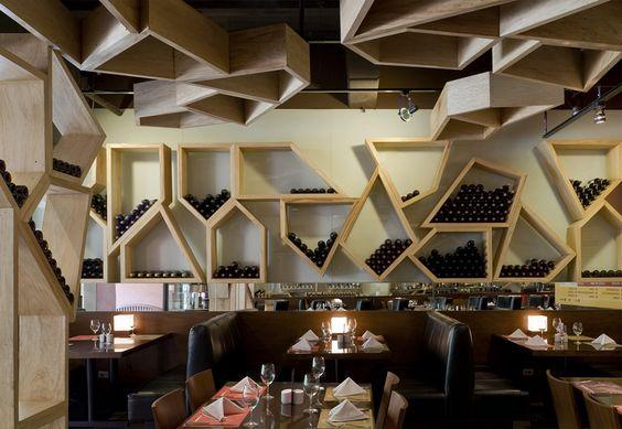 Vinoteca repisas de madera junto con rea de comida - Diseno de vinotecas ...