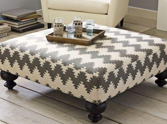 Dida palette poufDans le salon Transformer une cagette en un siège élégant n'est pas si difficile que ça. Pour cela, recouvrez votre plateau de bois d'une assise en mousse, d'un tissu aux motifs ethniques puis ajoutez-y quatre pieds et l'affaire est dans le sac !