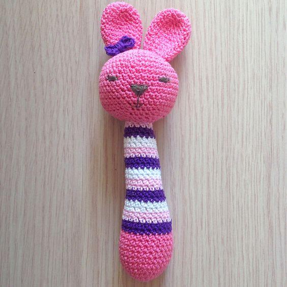 Sonaglino coniglio rosa amigurumi, fatto a mano all'uncinetto, by La piccola bottega della Creatività, 18,90 € su misshobby.com