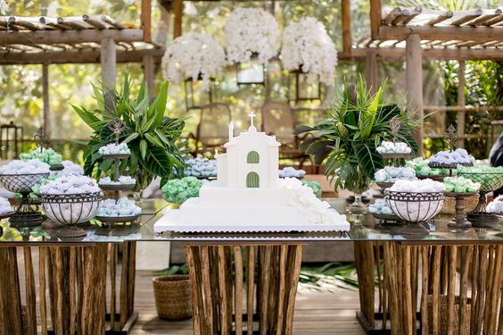 Por Katia Criscuolo #flores #flowers #weddingdecor #wedding #weddingcake #table #idea #inspiration #decor #weddingidea #inspirationwedding #casamento #decordecasamento #mesadebolo #bemcasado