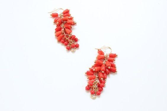 チューリップ型の赤珊瑚とボール型の赤珊瑚をじゃらじゃらとかさねたピアス。長さ:約5センチ素材:金メッキピアスフック|ハンドメイド、手作り、手仕事品の通販・販売・購入ならCreema。