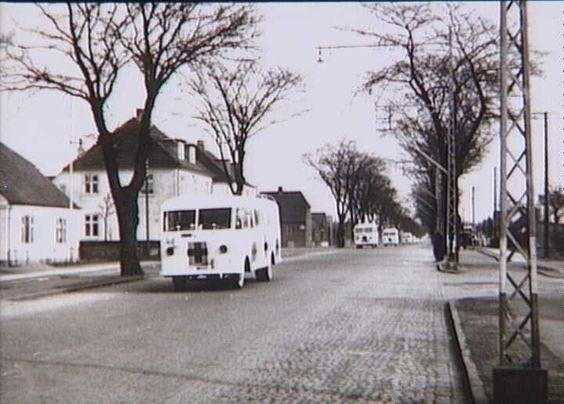 Bernadotte-aktionen. Svenske Røde Kors busser kører gennem Hedehusene med befriede fanger fra tyske koncentrationslejre på vej til Sverige i april 1945  Tidsperiode og årstal Datering:apr-45 - See more at: http://samlinger.natmus.dk/FHM/26796#sthash.i27MgrJu.dpuf