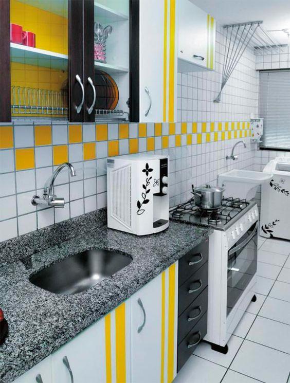 Bastaram dois rolos de adesivo vinílico amarelo e a criatividade da moradora para mudar o visual desse ambiente:
