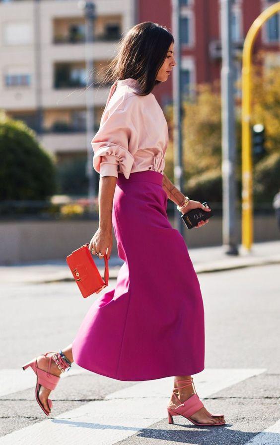 Mujer usando sandalias rosas con un outfit en colores análogos