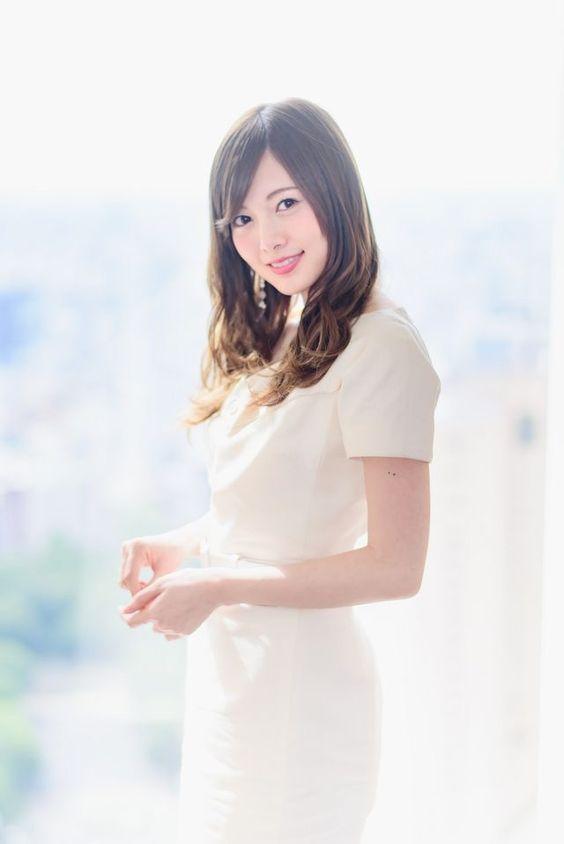 白い服の白石麻衣