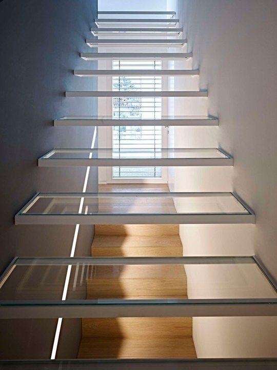 Escalones de vidrio. Imagínense de colores!